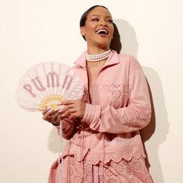 Rihanna Menyedot Perhatian Di Paris Fashion Week Bersama Fenty X Puma Spring 2017