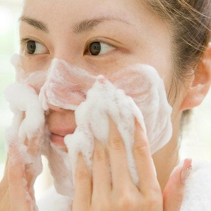 Sudah kenalan dengan makeup remover praktis yang dapat menjadi facial cleanser ini?