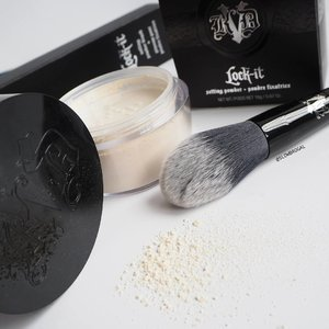 Good Morning Monday!! ❤❤ This week gonna be new product testing week for me. Today I am using the latest @katvondbeauty Lock-It Setting Powder and the Brush 😍😍 The brush picks up the powder incredibly well and it is so soft~~ 👍👍 . . The powder is quite smooth and fine but it doesn't really give me the translucent finish that I am hoping for. It has this slight sheen on it but it does give my skin a matte and poreless finish. 😚😚 I had a slight dry skin and the first time I used it I applied too much powder especially under my eye areas after concealer and it does cake up a little. So a little goes a long way. Longevity, my makeup does last the whole day and the oil control is pretty good too. . Overall I think this is a good powder. Especially the packaging look so sleek!! 🌼 Both powder and brush are now available at @sephorasg. #clozette