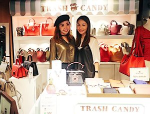 Very happy to meet the beautiful Liz once again from @trashcandy_store. Always a joy to have my blogging work bring me closer to people from other countries which I would otherwise probably never have a chance to meet. Grateful for the opportunity and I'm gonna show you something really beautiful from their latest lipstick collection. Oh and hey, it's #Christmas eve! What's your plans today? 🎉🎅🏻🎄#TrashCandyWonderland #YouAreNeverTooLateForChildhoodMemory #sharoninhongkong