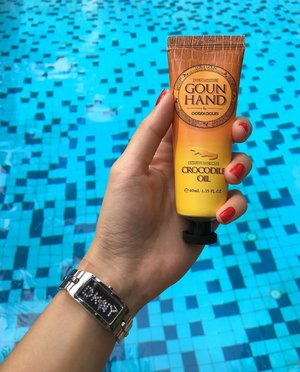 • • • H A N D  C R E A M • • •  To kickstart 2017 with great looking skin, i have #Gobdigoun's Crocodile Oil Hand Cream to thank! . Some of you may cringe at the idea of applying Crocodile Oil on the hands, however, i assure you that the Hand Cream smells pleasant & it didn't leave greasy film on the skin as i have thought to be! It absorbs pretty well into my skin, and keeps it hydrated for long hours. . I applied Gobdigoun Crocodile Oil Hand Cream not only to my hands & arms area, i also applied it to my legs as it showed signs of dryness, after application, almost immediately, i can see vast changes to the skin on my legs. The flakiness was gone in a flash! I was so in awe! . What's more it comes in a handy tube of 40ml, compact enough for me to put into my handbag! I highly recommend this miracle Hand Cream to all my dear followers! . Do drop by Gobdigoun's website at http://gobdigoun.com/ & be awed at the huge collection of Korean skincare products they have to offer!  Facebook: https://m.facebook.com/GobdigounEnglish/ . Thank you Gobdigoun for our 3rd collaboration! <SP>  #MadeInKorea #sponsoredpost #sp #skincare #mask #placenta #review #beautycare #handcream