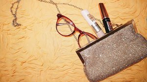 My essentials when I have to bring this small bag: Glasses, mascara and concealer. I like how the diamonds on this bag makes my simple outfit really glam! #clozette