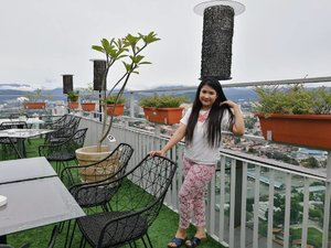 Guys, akak in on the top of level 34 located in trillion roofino rooftop. You can get the best view of bukitbukau scenery with kabus kabus macam di luar negara gitu.  Jomlah datang sini and have the best chichat and meals with friends. Thank you cc team for the invitation.  #thebestscenery #beautifulscenery #hotmama #twokids #ClozetteBloggerBabes #clozette #fashionista  #syafierayamincom  #blogger #mommyblogger  #iger #igermalaydia #BeautyBlogger  #Malaysianblogger  #money #artwork #lovetheraphy #beautiful #huaweip9 #youtuber #ShopMyEnvicase