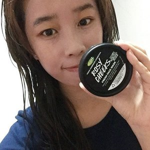First time applying Lush Fresh Face Mask in Rosy Cheeks ☺️ || Loving the light pink colour 💗 this mask which helps to soothe my skin and calm the redness on my face, loving the coldness when applying as it has to be store in the fridge, I would say is a bit tough to apply for the first time, maybe it will gets better overtime 😊 giving this a 8/10 ⭐️ #cosmetics #skincare #clozette #freshfacemask #rosycheeks #lush #firstimpression