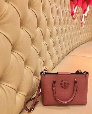 Sitting pretty 👜✨ #Clozette #Bag #Fashion #ToryBurch