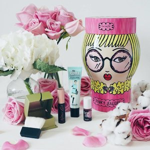 Here's another gift suggestion for your girly gf 💗 Doesn't this #BenefitCosmeticsSg Pinky Galore kit absolutely adorable for the vanity?! Expect 4 of benefits most popular cosmetics to turn you into an English Rose: Porefessional primer (full size), Dandelion Powder Blusher (full size), Benetint (travel size) and Roller Lash Mascara (travel size) 😍x #clozette #bbloggers #beautychat #kittyfleurs #sgig #benefitcosmetics #xmas2016 #xmaswkitty #igbeauty
