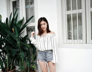 Leaves. Denim. White on White. It's a been awhile since i had everything i like in one picture☘. Can't wait to makeover my tresses again for the cny😌  #clozette #ootd #casual #wiwt #stylexstyle #sgig #sgblogger #beautyblogger #instadaily #instafashion #whiteonwhite #minimal #shootthepeople #afstreetstyle #asian #girl #exploresingapore