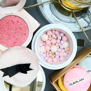 Can't get enough of @guerlainsg signature scent in all their beauty products ❤️ Here's Météorites Happy Glow 30 Years limited edition Face powder Pearls and Blush That I'm loving both finishing on skin🌷#clozette