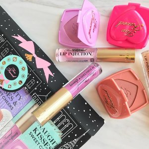 Been doing Xmas shopping for the past week and will continue to do more this weekend after assignments ✌🏼️ I got a set of @toofaced trio boxes of minis ❤️️ Their blusher packaging that reminds me of Polly pocket and lip injection that I try but didn't quite like as it stink my lips a little 🤔 Does any have e same issue too?  #clozette