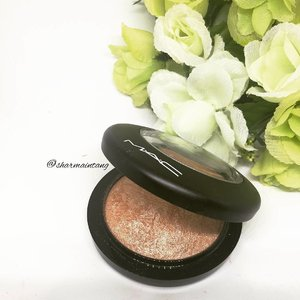 Using #maccosmetics Soft & Gentle Mineralize Skinfinish and it's such an awesome highlighter for daily wear!  It's got enough glow to get the cheekbones poppin but it's not overly glowy like the Becca Shimmering Skin Perfectors  Definitely one of my favourite highlighters!  #clozette #igmakeup #instamakeup #sgmakeup #sgblogger #beautyblogger #bblogger #motw #makeuplover #makeupaddict #makeupcrazy #makeupjunkie #makeupporn #wakeupandmakeup #meccabeautyjunkie #hudabeauty #flatlay #makeuphoarder #makeupmess #makeuphaul #makeup #sephora #beatthatface #lipstickjunkieforever #highlighter