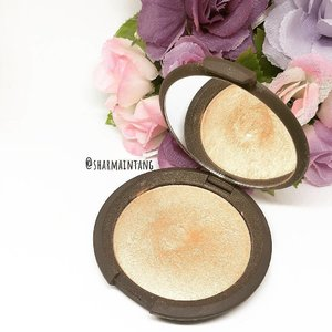 I finally hit pan on my all-time favourite highlighter! #becca Champagne Pop  Quite an achievement I must say! Anyway it's Friday so TGIF everyone!  #clozette #igmakeup #instamakeup #sgmakeup #sgblogger #beautyblogger #bblogger #motw #makeuplover #makeupaddict #makeupcrazy #makeupjunkie #makeupporn #wakeupandmakeup #meccabeautyjunkie #hudabeauty #flatlay #makeuphoarder #makeupmess #makeuphaul #makeup #sephora #beatthatface #lipstickjunkieforever #panporn #hitpan #highlighter #champagnepop