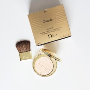 Sunday's Highlight - Dior Splendor Illuminating Pressed Powder. Just this on the face today and nothing else. I mean besides drawn eyebrows , mascara and lipgloss. IMO, this give Hourglass Ambient Lighting Palette a run for their money!! 😉 . . http://liketk.it/2q8d7 @liketoknow.it #liketkit #splendor #diormakeup #couturemakeup #diorcosmetics #diormy #clozette #beauty #beautyblogger #peterphilipsmakeup #illuminatingpowder #instabeauty #blusher #gold #savoirefaire @peterphilipsmakeup #diorific #naturalmakeup #weekends #sunday