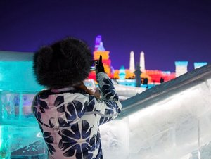 Capturing the moment of a lifetime experience - Ice & Snow World, Harbin. . *P.S. I've been trying to take a perfect picture for the past 10 seconds, which felt like forever, because my fingers were close to numb. . . #lamermy #lamermalaysia #lamer #revitalizingjourney #extremecold #staywarm #travel #lifewelltravelled #travelblogger #travelasia #travelclozette #travelphotography #photography #hydration #skincare #beautyblogger #beauty #instadaily #instatravel #instabeauty #divagoestochina #divainmebeauty #divainmetravel #clozette #iceandsnowworld #winterwonderland #harbin #harbinchina