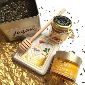 Now that CNY is coming soon, doesn't the gold/yellow @kiehlssg #purevitality Skin Renewing #Cream look so festive? This #moisturizer contains honey and korean red ginseng and tea, and has a nice emollient formula too! Also here are some really heavenly smelling #tealeaves and #manukahoney! #Clozette #beauty #skincare
