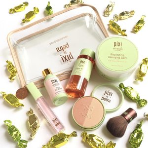 Some really awesome @pixibeauty skin treats (along with actual #candy treats!)! Been wanting to try the #pixibeauty Glow Tonic #toner forever, as it is quite the cult product! Also the #blush/#highlighter duo is gorgeous, and comes with a little brush! The #lipplumper, #faceoil and #cleansing balm also look pretty nice too! #Clozette #beauty #makeup #skincare