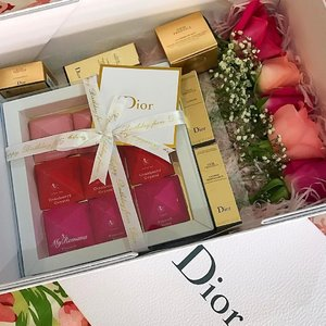 Last year @zaidi_zain of @diormakeup #diorbeautyboutique sent me a photo of my DIOR birthday cake. I was in London and unable to collect it. This year, I was lucky to receive this birthday present from Dior. I'm grateful cos #DiorPrestige #skincare is my new love. Thank you #DiorMy See what else I got from Dior over on #snapchat • • •  #MyRomana #clozette #dior #diorbeauty #diorbeautyboutiquemidvalley #diormalaysia #igersmalaysia