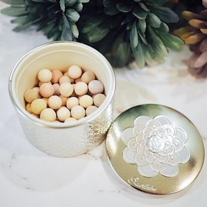 """// """"Put your heart, mind, and soul into even your smallest acts. This is the secret of success."""" •~ Swami Sivananda ~• ___________ In Frame: GUERLAIN Meteorites - Light Revealing Pearls Of Powder in #3 Medium c/o @SephoraSg 💕 Each pearl is handcrafted to incorporate Guerlain's exclusive Stardust Technology to minimize flaws & brighten skintone ⭐️ This formulation diffracts light upon contact to envelop the skin in an illuminating halo 😇 Each lightweight shade has a specific correcting action to deliver the ultimate in luminous skin and perfectly even complexion ✨ . . . #AlAdverts #Clozette #ClozetteAmbassador #SephoraSg #Guerlain  #GuerlainMeteriotes"""