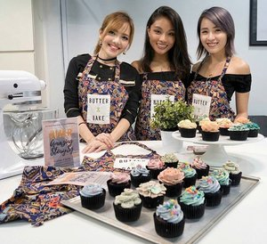 Spent Saturday afternoon confirming that I'm an undomestic goddess (I have so little talent in piping cupcakes 😢), yet having a great time with these gorgeous ladies @a.mandayong & @xclarieacaciateo learning about baking, pastry decoration and running a business such as @butter_and_bake. If you're looking for a baking studio that also hosts private classes for hen's parties, birthdays and team bonding seshs etc, check them out - will be sharing a promo code really soon ❤ Thank you @hypeandseeksg for organising #HerAmazingStorySG and giving us the opportunity to connect with lady entrepreneurs and hearing personally from them. This mini project is part of a larger plan I have for this year! I can't wait to share more with all of you about what I have in store, so stay close 😘✨ I have even created a hashtag for this 👉 #girlbossfamsg 😉 I'm so excited!!! 😄🎉