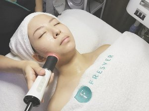 The beautician uses the Oxy Machine to penetrates all the goodness to my skin !  The effect of capsugen + gel generates CO2 micro bubbles and stimulates skin to respond naturally by sending oxygen-rich blood to the area. This accelerates skin cell metabolism and aids absorption of active ingredients. Remarks: This is really good. No discomfort at all, you can just go ahead and have a small nap and wake up with beautiful skin.  Really enjoyed the whole process and i'm really impressed with result ! I can feel my skin is really hydrated, tighten, and visibly more radiant and lifted!  Thank you @fresverbeauty !  #kelynnstory #fresverbeautysg #fresverbeauty #skincare #facialtreatment #clozette #sgbblogger #sgbeautyblogger #sgblogger #bloggers #bbloggers #beautyregime #oxygenesisfacial