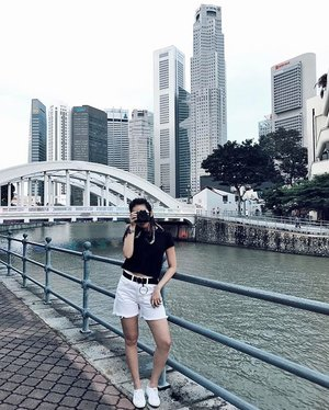 🚤🗝| Out and about Boat Quay shooting for our last session (evening to night photography) 📷✨ . . . . #ootd #clozette #coordinatesoffrisbee #youthenchildish #lookbook #lookbooksg