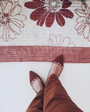 I just love the floral design of this carpet and my shoes.😄👠 . . . . . . . . . . . . . #clozette #blendingin #match #maroon #marsala #parisian #shoes #saturday #saturdaze #saturdaymorning #shoesph #parisianstyle #flatshoes #instafashion #instastyle #fashion #style #vsco #vscophilippines #vscocam #chromatics