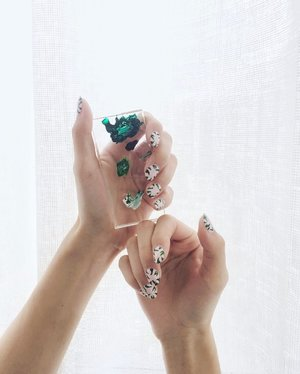 15 minutes of fame because we had to quickly remove this gorgeous greenery nail art to create another look. Inspired by @aliceandolivia Spring/Summer 2017! #Clozette