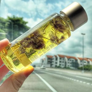 Did you know that body oil can help to minimizes stretch marks, wrinkles and also scars? It is also a great moisturizer for the skin and preventing them looking all wrinkley? Body oil is not oily if you used it correctly. The trick is to apply immediately after towel dry while your skin is still damp. That's the secret. . 60 lucky subscribers and bloggers will get a bottle of this Linden Leaves Aromatherapy Synergy Body Oil from @tnsskinlab in the #IWillBeOkay Beauty Bag worth RM95. Tomorrow is last day of shipping. And I'm only down to 14 bags now 😉