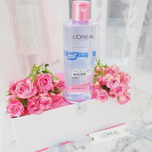 Micellar water has always been the only option for my skin when it comes to removing makeup without suffering consequences of breakouts. Now I'm thrilled L'Oréal came out with NEW L'Oréal Paris Micellar Waters with Skincare Actives! Infused with French rose extracts (Moisturizing Type) and French Mountain Water (Refreshing Type), makeup removal routine is something I look forward to nowadays! Love the rose one as it really thoroughly cleans my skin with no tight feeling at all! It works as well as an oil-based remover - amazing! 400ml. $20.90. Available at @watsonssg, @guardian_singapore, Unity Stores and major supermarts. #lorealparissg #micellarwithskincareactives #3xgentlermicellar #Clozette #skincare