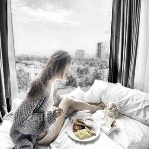Throwback to breakfast in bed at @hoteljentanglin 😍😍😍 Bralette and shorts: @perkbykate (use JesXperk for 10% off) • Cardigan: @lescomptoirsdorta 💙💙💙