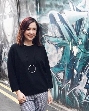 Monday evening along the artsy murals of Haji Lane, chilling after a full day's meeting 🎭... 📷by @maskcrusader thank u✨ // #clozette #hajilane #mural #murals #ootd #dailyoutfit #dailylook #asseenonme #mystyle #personalstyle #monochromatic #monochrome #sweatshirt #iroo #afterwork #chillout #chilltime #artsy #wall #momstyle #smile #tiredbuthappy #happy #Monday #toomanyhashtags 😆