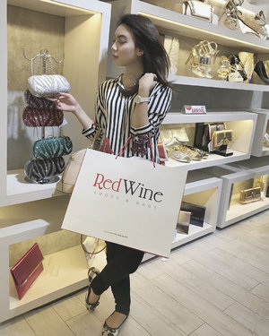 Some people say laughter is the best medicine, but i say it is cute new bag and new shoes. . . Attended Grand Launching Opening @redwineshoes on this day. And go get many vouchers and discount for each purchased items. . . #redwineshoes #clozetteid #clozetteidreview #redwinexclozetteidreview #influencer #lifestyleinfluencer #lifestyleblogger #ceritafiqdira #shoes #bag #lifestyle #grandopening #grandlaunching