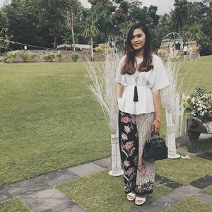 My kind of kondangan's OOTD. Nope, you never look so old wearing Batik, just how good you mix and match your outfit. I love wearing Batik and put a little touch of vintage. Do really enjoy to wear it even for hang out with the lovely one.