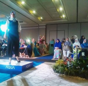 "Fashionshow "" Hijab Fashion Clinic  #aquajapan #knowyoubetter  #hijabfashionclinic #clozetteid  @scarf_magz @aquajapanid"