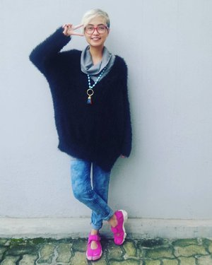 Let's smile and have fun 😊  #stylieandfoodie #livelovelaughlifelust #ootd #clozetteid #realoutfitgram #stylie #styledaily #dailystyle #streetstyle #blogger #bloggerceria #denim #sweater #sneakers #accesories #necklace