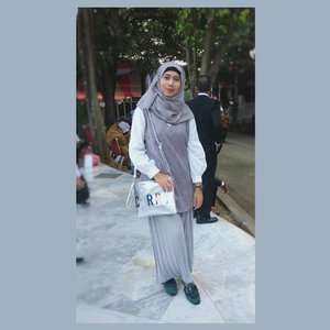 What I wore for closing ceremony in Independence day *pardon the background 😅📷 by mom .....#ootdhijab #hijabfashion #ClozetteID #hijaboutfit #hijabstyle #hijabers #fashionstyle #fashion #style #grey #whatiwore #streetstyle #streetwear #streetfashion #lookoftheday #photooftheday #instafashion #instastyle #instablogger #instahijab #OhSoJasmine