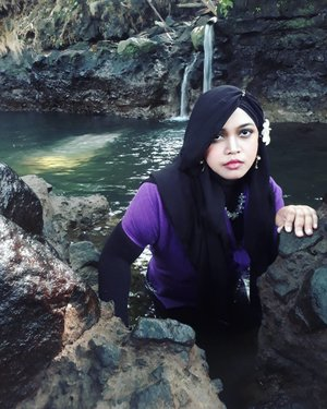"LATEPOST: May 3rd, 2017--- Theme: #NawangWulan & the stolen #scarf 😂 #Photographer : @dewirahmawati29 #fashionstylist / #MUA #model : #HestiHarajuku Location: #BlueLagoonJogja - - Baik Dewi ataupun Lia, keduanya sama2 suka ngarahin muka daku untuk "" #jutek "" lolz 😂 katanya lebih cantik kalau pasang tampang garang gituh hahaha!... padahal kan senyum daku manis yaa... 😂 tapi ya nurut ajalah sama photographernya 😂😂 🌊🌳 - - @clozetteid #clozetteid #hijabtraveler #BlueLagoonJogja #BlueLagoon #VisitJogja #traveler #traveling #Jogjatrip #ootdmodest #swimming #NawangWulan #modestfashion #Javanese"