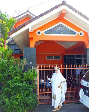 "Sun, June 25th, 2017--- 🌟🌙 #HomeSweetHome at Sweet #Orange 🍊 #House --- My Mom's favorite color 🏠🏡 ""Selamat Hari Raya #IdulFitri 1438 H. Taqobalallahu minna wa minkum. Minal Aidin wal Faidzin... Mohon Maaf Lahir Batin"" -- Hesti Nurhayati Cholid / Hesti Harajuku-- 🌟🌙🕌 - - - - - - - #clozetteid #makeupLebaran #Eidlook #modestfashion #modestwear #stylecovered #hijabi #hijabsyari #hijabista #white #flowercrown #Lebaran #HariRaya #Kaftan"