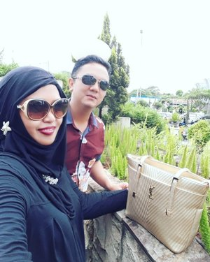Sun, January 28th, 2018 --- 👫👜👢#Weekend shopping with #hubby @erdin.saef pake #gold #totebag dari Papih hehehe... alhamdu...lillah... Makacih, Papiih... 👢👜👫❤💋-----#clozetteID #modestwear #modestfashion #couple#shoppingmall