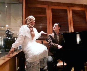 "LATEPOST: Tue, Sept 27, 2016--- Still remember ""the #pianist & the #singer "" photo in Bandung? Hihihi after PICU Fotografi Indonesia 2016 day 1, we made a similar pic theme. This time at #HotelAryaduta #Jakarta . #Working at noon... #Dating at night hihihi... 💑🎼🎤🎹 #Couplestyle #clozetteID #modestwear #modestfashion #vintage #vintagestyle #romantic"