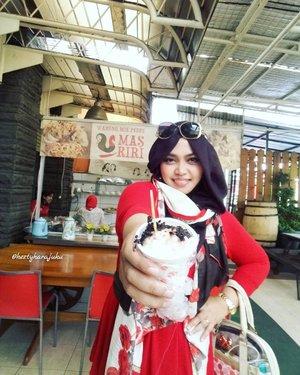 Sunday, Feb 5th, 2017----💕💖❤Setelah seharian kemarin ditemani special #BandungTrip tour guide  Mr DuRen @erdin.saef , hari ini saatnya #foodtraveling makan #EsKrim #Duren Bandung yang ada di kedai #BatagorRiri . Kebetulan si bumil @zahrakhairiza lagi ngidam es krim dureeen... yaudah dengan senang hati saya temani ngidam juga 😂😂😂 yumm!... ittadakimasu!... 🍨🍧🍦Ja mata nee, Bandon! 😄  It's February, guyz!... #romantic and #luck /#prosperity are in the air hahaha... #red & pink are everywhere!... 😉❤💖💕#clozetteID @clozetteid #hootd #ootd #ootdmodest #stylishtraveler #hijabtraveler #modestwear #modestfashion #fashion #style #traveling #visitBandung #instatravel #wiskul