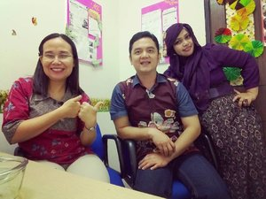 LATEPOST 17💖1💖17 --- with Aa @erdin.saef and bu Ingrid at my #kawaii #cubicle . After make a wish and lunch with macaroni schotel 😄 yumm! Thank you to make me feel so special as the #birthdaygirl 😘 🍰🎁🎂 #office #lecturers #PoliMedia #fashion #style #clozetteID #Batik #BatikIndonesia #ootd