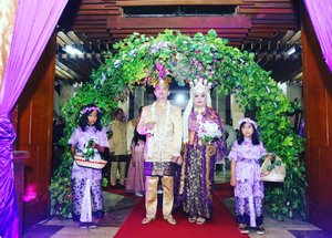 "LATEPOST: Saturday, November 18th, 2017 --- "" a #Modern #KirabPengantin #Sunda with #AkiLengser & #FlowerGirls 😄🤣😂 Thank you Alin & Nadia 💜💜💜 ---> ini ide last minute banget sebenarnya hahaha masukin western wedding style with flower girls ke kirab pengantin Sunda yang ada Aki Lengsernya. Supaya merasa ditemani peri2 bunga berkebaya #lavender dan ber- #flowercrown . The bride herself yg mendekor keranjang bunga tabur dan tiaranya 🌸💜🌸💜 - - At #RoyalWedding : The #King @erdin.saef  and the #Queen #HestiHarajuku - - -  Place:  #MasjidAgungAttin #TMII #JakartaTimur  Date: Saturday, November 18th, 2017 Time : 19.00 Photo by : #MitraWangi #WeddingPackage - - - - #clozetteID  #nhkkawaii  #KawaiiReporterWedding #HestiHarajuku #modestwear #muslimwedding #whitexsilver #hootd #muslimbride #HestiErlanWedding"