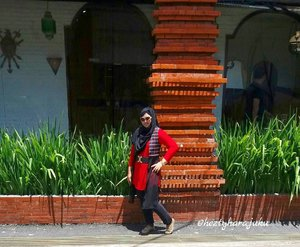Sat, Jan 21st, 2017 ---- 👠👜🍲 Konnichiwa!... have you lunch? #Cirebon is hoooottzz... always prepare #sunglasses for #traveling in this city. The #brickpillar behind me is a typically Cirebon #Architecture . Have a nice weekend! #clozetteID #ootd #traveling #VisitCirebon #fashion #style