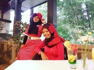 LATEPOST---Thu, October 27th, 2016 ---- #Wiskul / #foodtravelling with my #sisterinlaw @dewirahmawati29 at #Beukenhof #Resto #Kaliurang #Ullensentalu #Yogyakarta . This place reminds me of #GhibliMuseum in Japan. A #Europian #vintage #house that surrounded by trees in a #forest . A very interesting place indeed!  We wear #Red #retrostyle , enjoy the #Jazzy music and #Europianculinary part 3 👒👠👜 #clozetteID @clozetteid #HOOTD #ootd #fashion #style #foodhunter #instafashion #instafood #fashiongrammer #foodandfashion