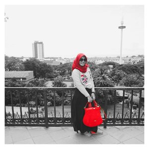 Life is colourful indeed, but today I'd rather to choose one fits best..#perspective #red #filter #bw #selectivecolor #contrast #womaninphotography #portrait #currentmood #latepost #clozetteid