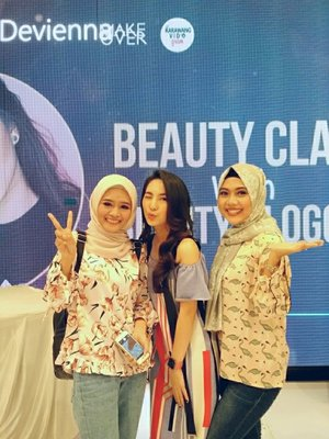 Finally, i met you! ❤️  One of my favorite Beauty Vlogger Devienna Makeup @deviennaaa Present by @karawangvidgram @makeoverid  #clozette  #clozetteid #beautyclass #karawangvidgram #beautyenthusiast #makeoverid #beautyvlogger