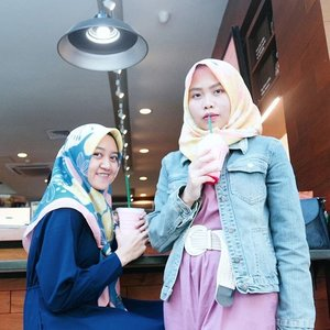 First time wearing this @ditut scarf together with @hilwakhoir! . . #fblogger #clozetteid #lifestyleblogger #bblogger #beautyandfashion #hijab #hijabi #hijabistyle #hijabioutfit #casual #outfit #pinkvoice #ditutscarf #jeans #denim #pink #blue #yellow