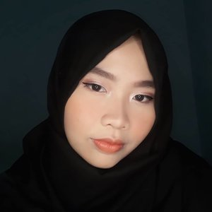 Kayaknya kalo bekron gelap bgt foto ini muka w doang udah. Mari qta coba bsk lagi 🙃. Deets: 💕@catrice.cosmetics All Round Concealer💕@thesaemid Cover Perfection Tip Concealer💕@poppydharsonocosmetics Two Way Cake in 01 Ivory 💕@eminacosmetics Top Secret Eyebrow Cake 💕@poppydharsonocosmetics Eye Makeup Enhancing Base (wagela ini kece abis I didn't know I need it 😂) 💕@beautytreatsla Metallic Eyeshadow Palette 💕@maybelline The Nudes Eyeshadow Palette 💕@makeoverid Hyperblack Eyeliner 💕@poppydharsonocosmetics Intense Volume Mascara 💕@poppydharsonocosmetics Perfecting Color Blush in 06 Tawny 💕 @pixycosmetics Matte In Love in Ginger Ale💕@amaliahalalbeauty Satin Lipstick Saffron in Red 01..#beautyandfashion #clozetteid #motd #potd #tampilcantik #makeuplebaran #softglammakeup #makeupindonesia #undiscovered_mua #bunnyneedsmakeup #kosmetiklokal #beautytips #makeuplook #tribepost #beautiesquad #bbloggers #indobeautygram #indobeautysquad #nofalsies