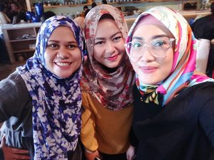 They said, beauty attracts the eye but personality captures the heart, and it's true. I know it since I met these two gorgeous lady @atisatyaarifin and @wawaraji 😍 I am in love with their personality and amazed with their sincere heart. *salimin atu-atu 😚* #bloggercrony #socialmediamom #mommyblogger #clozetteid #oppof3 #quoteoftheday #friendship