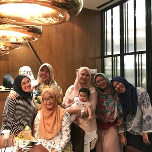 Full team! Yeay 💋💞 I'm so happy! Akhirnya yaaa enggak sekedar wacana aja 😅 terealisasi uga #meetup & #bukber 😘 abis lebaran lagi yaaaa beb 😁  #clozetteid #friends #bestfriend #bloggerhoreey #friendship #happy #happiness #togetherness #love #life #andiyaniachmad #instagood #instadaily